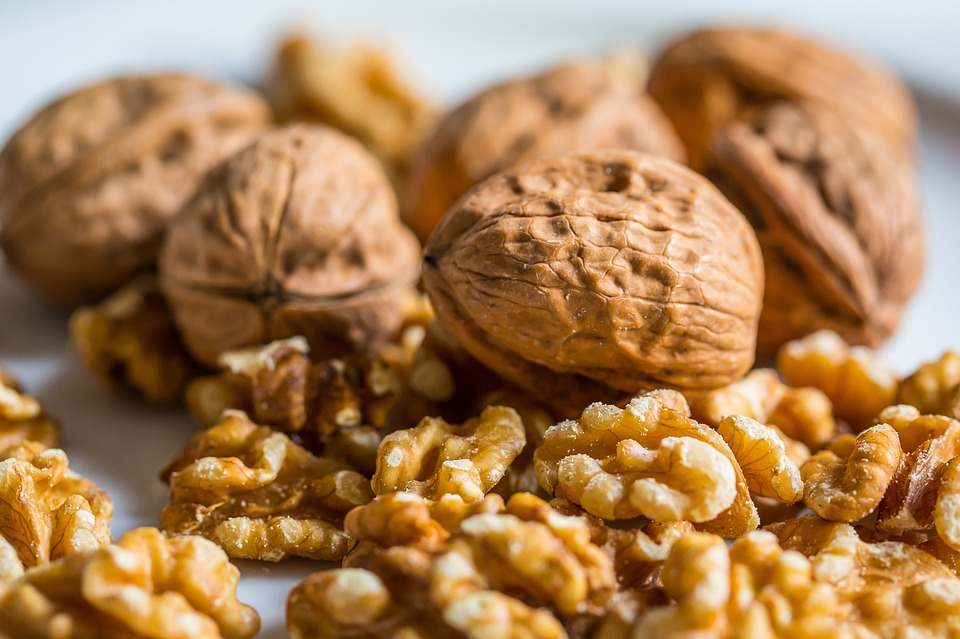 Pecans vs  Walnuts: Comparison of Nutrition & Health Benefits